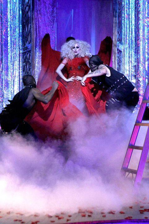 Um die Elite-Theater-Kids der NYU zu beeindrucken, lädt Blair Lady Gaga zum Kabarett-Abend ein. - Bildquelle: Warner Brothers