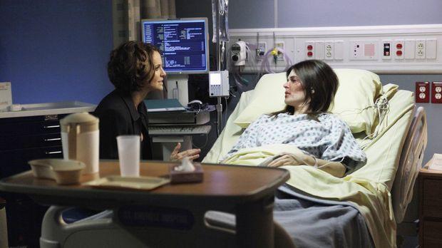 Joanna Gibson (Betsy Brandt, r.), die Violet (Amy Brenneman, l.) vor einem ha...