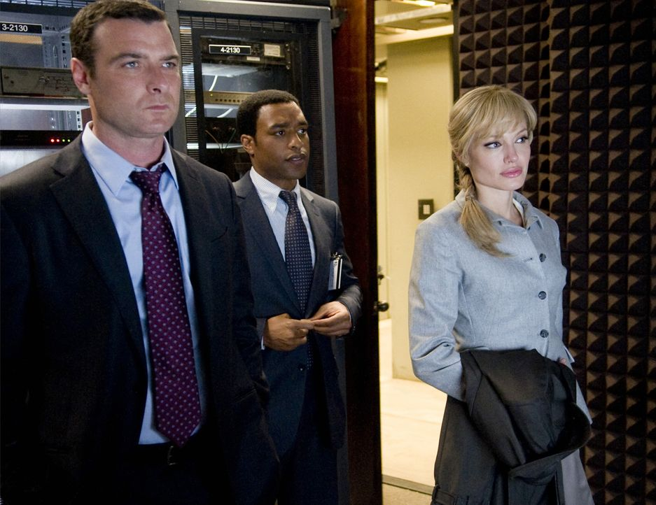 Noch ahnen die beiden CIA-Agenten Ted Winter (Liev Schreiber, l.) und Peabody (Chiwetel Ejiofor, M.) nicht, dass sie schon ganz bald ihre fähigste... - Bildquelle: 2010 Columbia Pictures Industries, Inc. and Beverly Blvd LLC. All Rights Reserved.