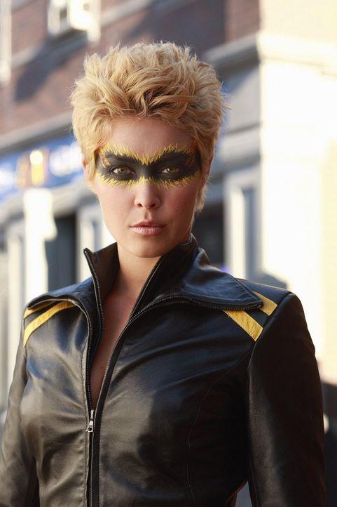 Auch die mysteriöse Dinah (Alaina Huffman) kämpft an Clarks Seite ... - Bildquelle: Warner Bros.