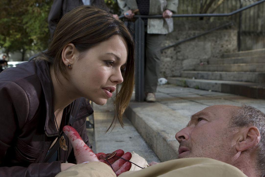 Eines Tages erhält die Ex-Polizistin Johanna Bachmann (Cosma Shiva Hagen, l.)den Anruf eines ihr unbekannten Mannes, der behauptet, ihr Vater zu sei... - Bildquelle: Olaf R. Benold ProSieben