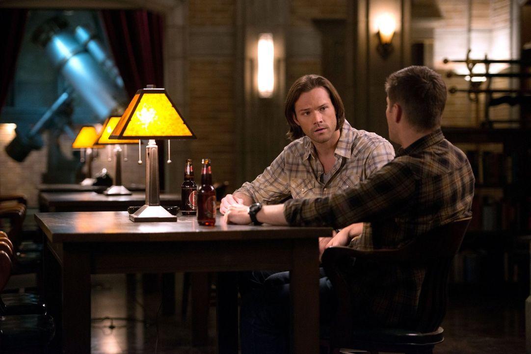 Verzweifelt suchen Sam (Jared Padalecki, l.), Dean (Jensen Ackles, r.) und Castiel nach einem Heilmittel für das Kainsmal ... - Bildquelle: 2016 Warner Brothers