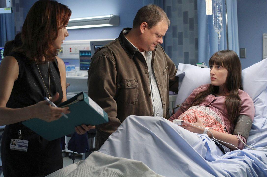Kim (Sarah Hagan, r.), eine junge Frau, kommt in Begleitung ihres Vaters George (Larry Clarke, M.) in die Praxis, um sich wegen Rückenschmerzen unt... - Bildquelle: ABC Studios