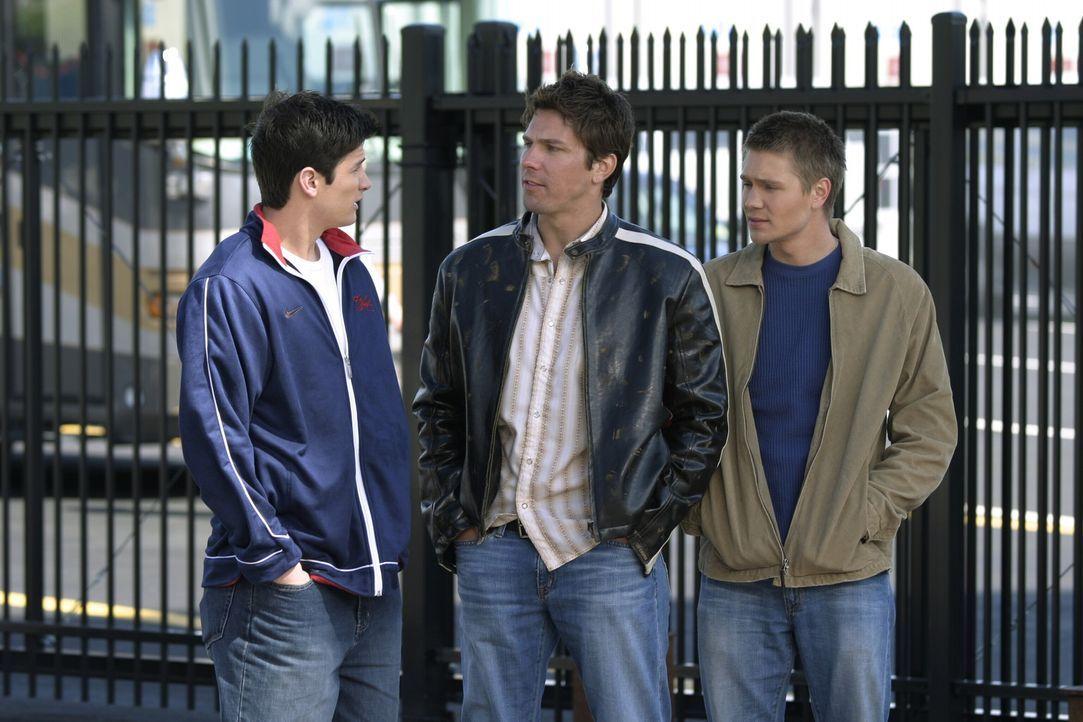 Coop (Michael Trucco, M.) lädt Nathan (James Lafferty, l.) und Lucas (Chad Michael Murray, r.) zu einer kleinen Spritztour ein ... - Bildquelle: Warner Bros. Pictures