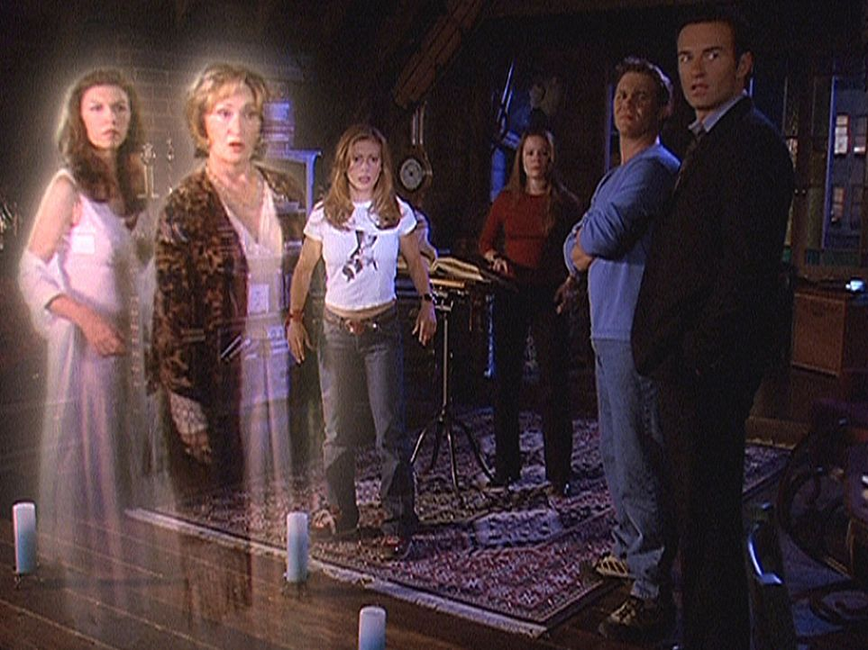 Ertappt! Patty (Finola Hughes, l.), Grams (Jennifer Rhodes, 2.v.l.), Phoebe (Alyssa Milano, 3.v.l.), Piper (Holly Marie Combs, 3.v.r.), Leo (Brian K... - Bildquelle: Paramount Pictures