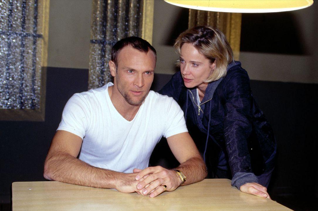 Callboy Lanou (Bernhard Bettermann, l.) ist für die Kommissarin Michelle Eisner (Ann-Kathrin Kramer, r.) zunächst der Hauptverdächtige. Doch wäh... - Bildquelle: Sat.1