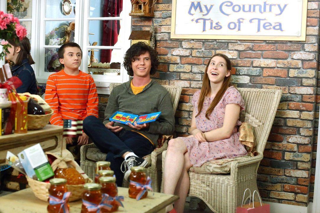 (v.l.n.r.) Brick (Atticus Shaffer); Axl (Charlie McDermott); Sue (Eden Sher) - Bildquelle: Warner Brothers