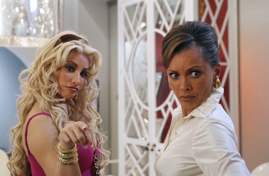 Fabia (Gina Gershon, l.) kehrt nur zurück, um Wilhelmina (Vanessa Williams, r.) ordentlich zu schikanieren ... - Bildquelle: Buena Vista International Television
