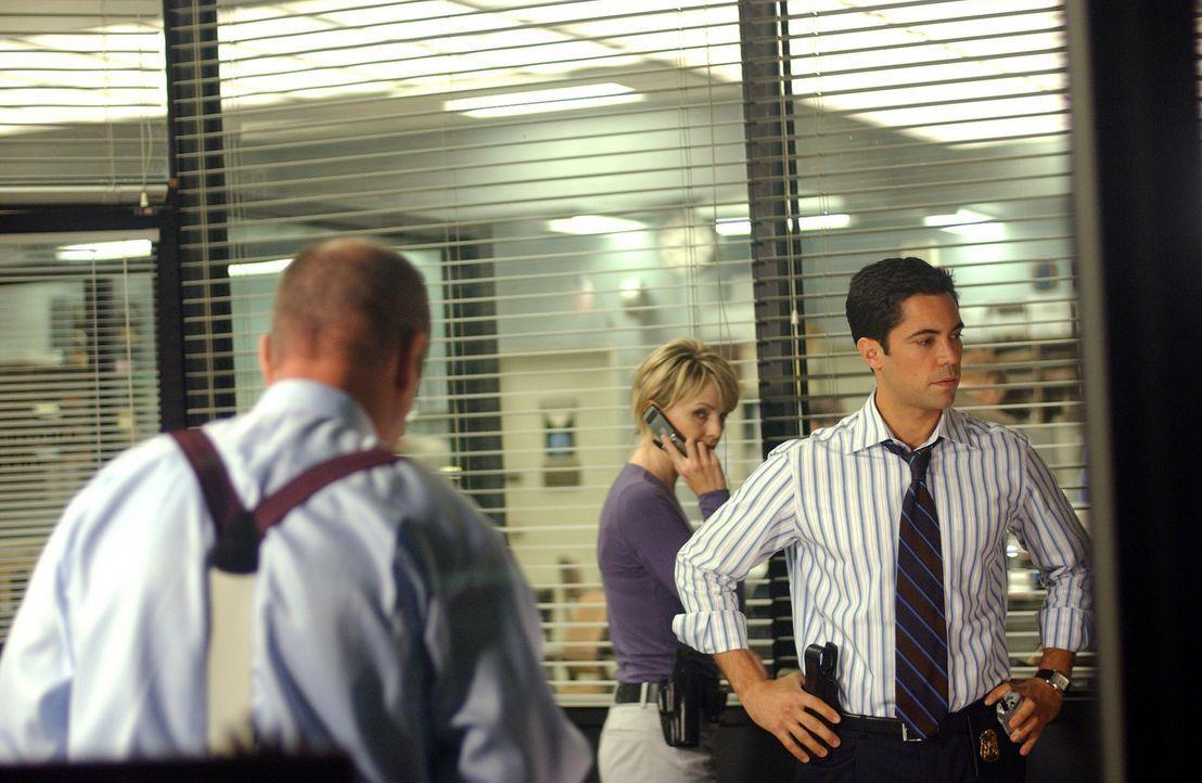Während der Suche nach Daniela stoßen John Stillman (John Finn, l.) und Scott Valens (Danny Pino, r.) auf das sorgfältig gehütete Geheimnis ihre... - Bildquelle: Warner Bros. Television