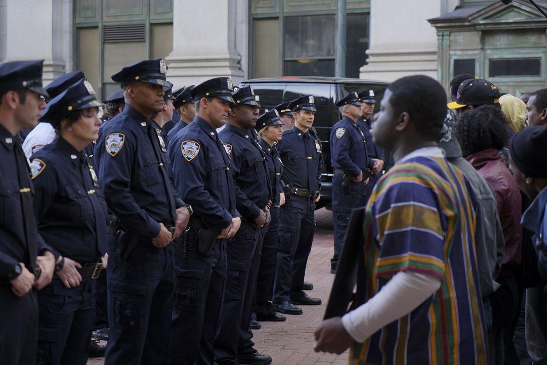 Bei Protesten gegen Polizeigewalt versuchen Demonstranten, die Polizei gezielt zu provozieren. Die Fronten verhärten sich ... - Bildquelle: 2015 CBS Broadcasting Inc. All Rights Reserved.