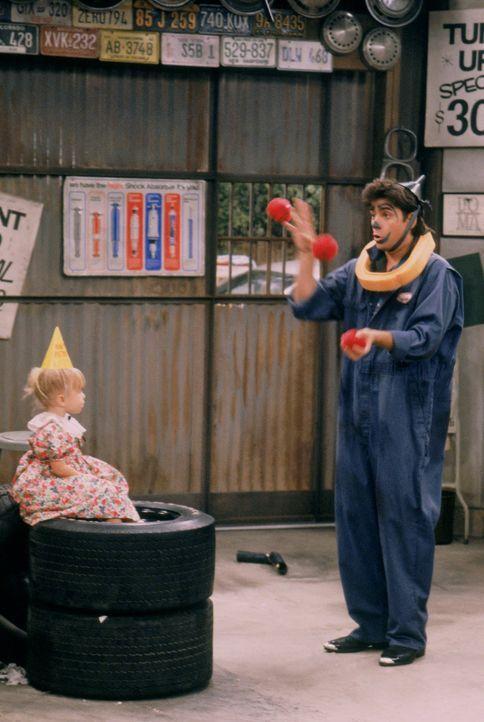 Als sie plötzlich an eine Tankstelle eingesperrt werden, organisieren Stephanie und Jesse (John Stamos, r.) ganz schnell eine kleine Geburtstagspart... - Bildquelle: Warner Brothers Inc.