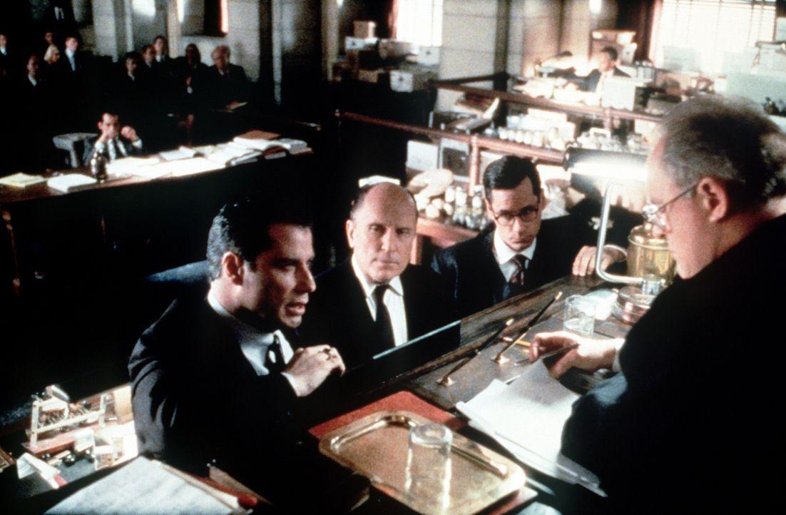 Die Verhandlungen laufen vielversprechend für den engagierten Rechtsanwalt Jan Schlichtmann (John Travolta, l.) und seinen Partner Bill Crowley (Ze... - Bildquelle: Paramount Pictures