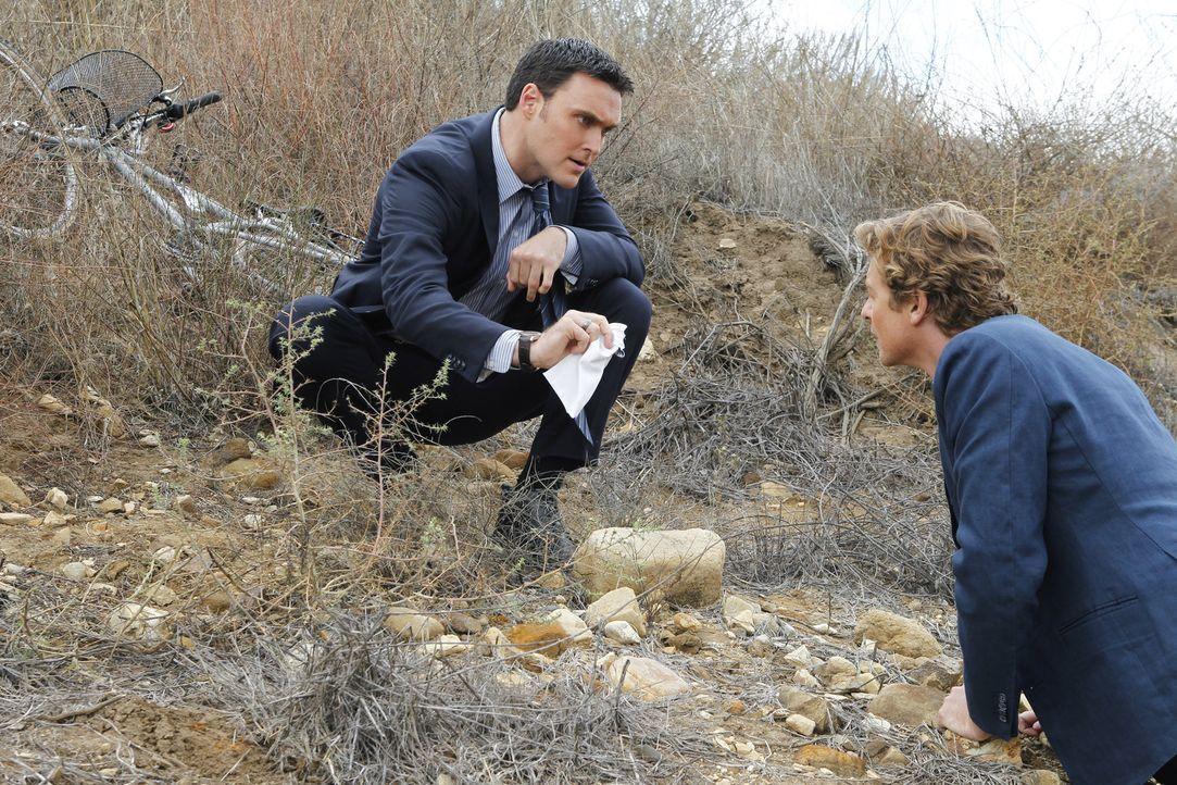 Auf der Suche nach einem Mörder: Wayne (Owain Yeoman, l.) und Patrick (Simon Baker, r.) ... - Bildquelle: Warner Bros. Television