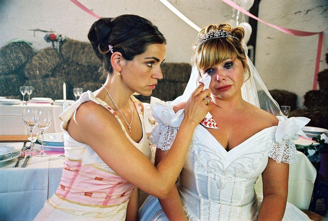 Die Braut (Sandra Steffel, r.) hat sich in einer Scheune verschanzt und gewährt allein Sandra (Rebecca Immanuel, l.) Zutritt. Sie ist sich nicht meh... - Bildquelle: Hardy Spitz Sat.1