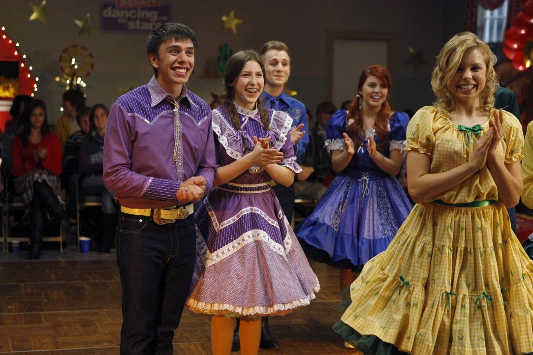 Für Brad (Brock Ciarlelli, l.) und Sue (Eden Sher, r.) steht ihr großer Tag bevor: der Square-Dance-Wettbewerb ... - Bildquelle: Warner Brothers