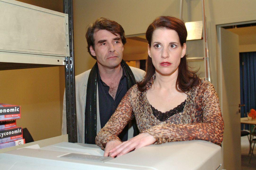 Thomas (Michael Schütz, l.), der sich mit Britta gestritten hat, bittet ausgerechnet Inka (Stefanie Höner, r.) um ein Gespräch - schließlich ken... - Bildquelle: Sat.1