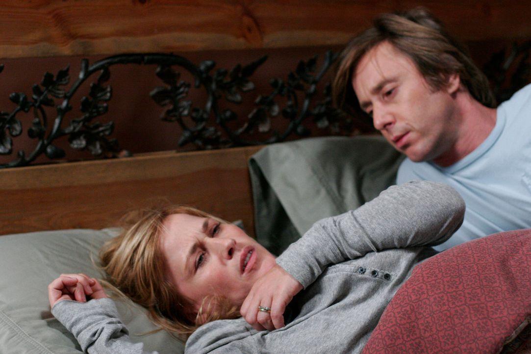 Joe (Jake Weber, r.) versucht seine Frau (Patricia Arquette, l.), die einen schlimmen Alptraum hatte, zu beruhigen ... - Bildquelle: Paramount Network Television