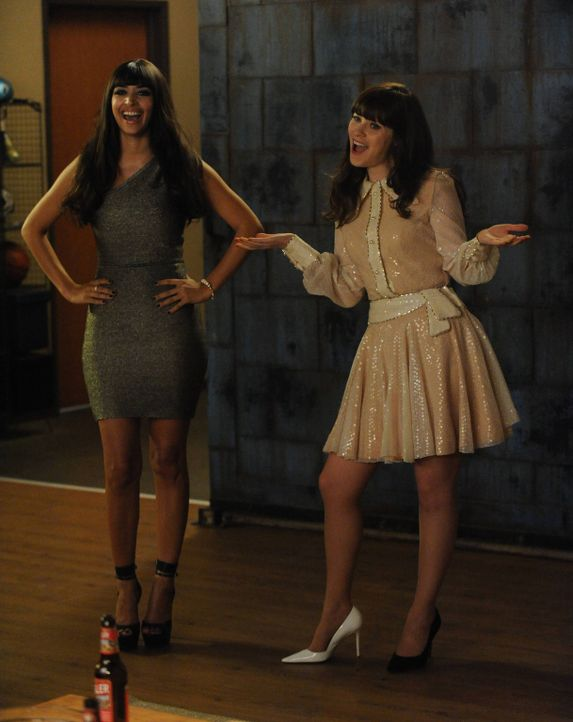 Unerwartet werden Jess (Zooey Deschanel, r.) und Cece (Hannah Simone, l.) von einer unfähigen Autofahrerin auf die Party des Sängers Prince eingelad... - Bildquelle: 2014 Twentieth Century Fox Film Corporation. All rights reserved.