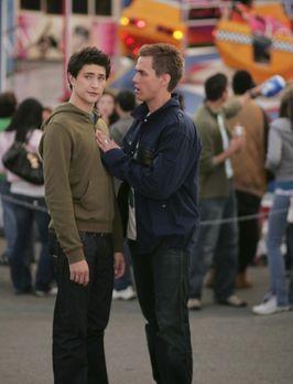 Kyle XY - Kyle (Matt Dallas, l.) möchte herauszufinden, was Tom Foss vorhat....