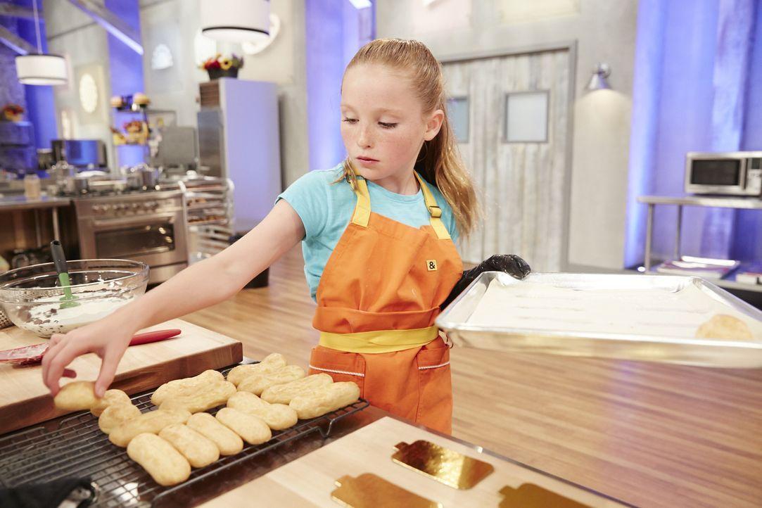 Manche mögen es scharf: Peggy Fischer backt Eclaires mit Chili Crème und einer Schokolade-Chili-Ganache ... - Bildquelle: Greg Gayne 2015, Television Food Network, G.P. All Rights Reserved