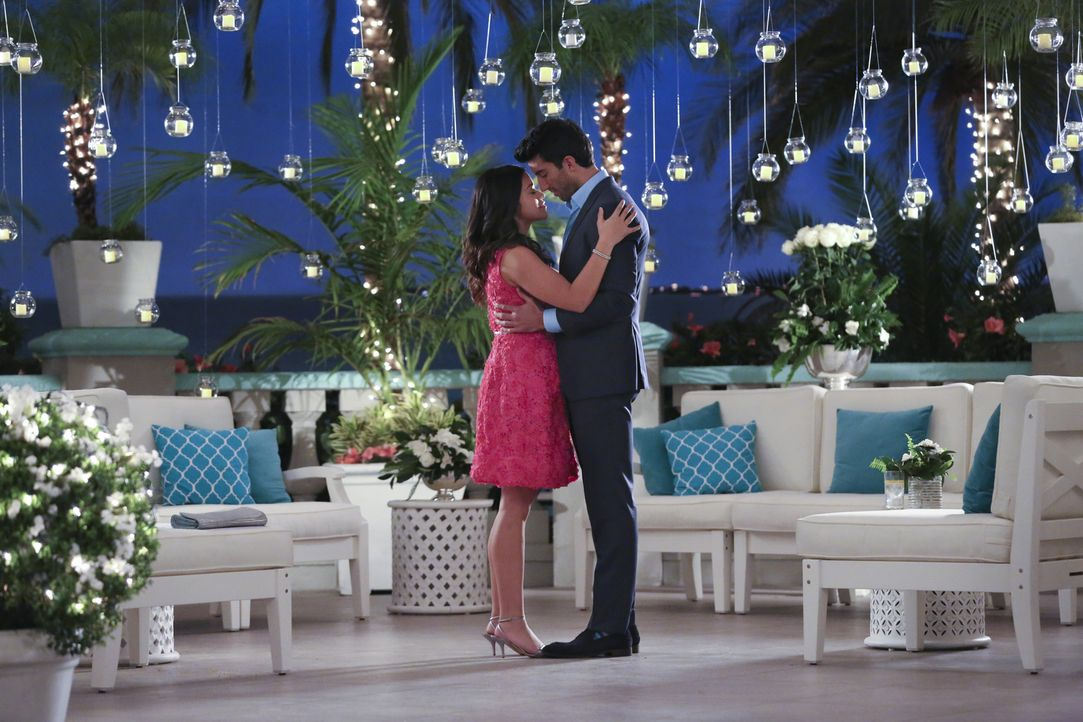 Rafael (Justin Baldoni, r.) macht Jane (Gina Rodriguez, l.) einen Heiratsantrag, doch wird sie ihn annehmen? - Bildquelle: 2014 The CW Network, LLC. All rights reserved.