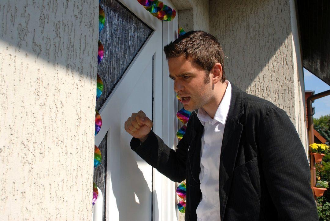 Birger (Oliver Boysen) hat das Haus der Exfrau des Entführers Robert ausfindig gemacht und hofft, die Familie rechtzeitig in Sicherheit zu bringen. - Bildquelle: Hardy Spitz Sat.1