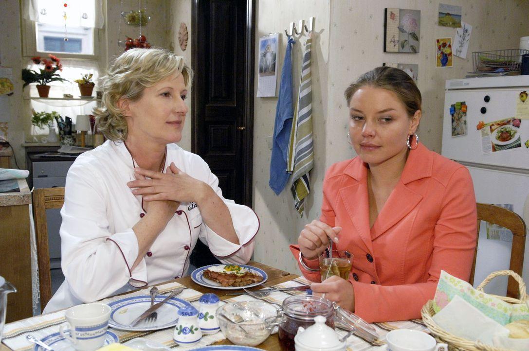 Susanne (Heike Jonca, l.) erzählt Katja (Karolina Lodyga, r.) vom Glück, Kinder zu bekommen. - Bildquelle: Claudius Pflug Sat.1