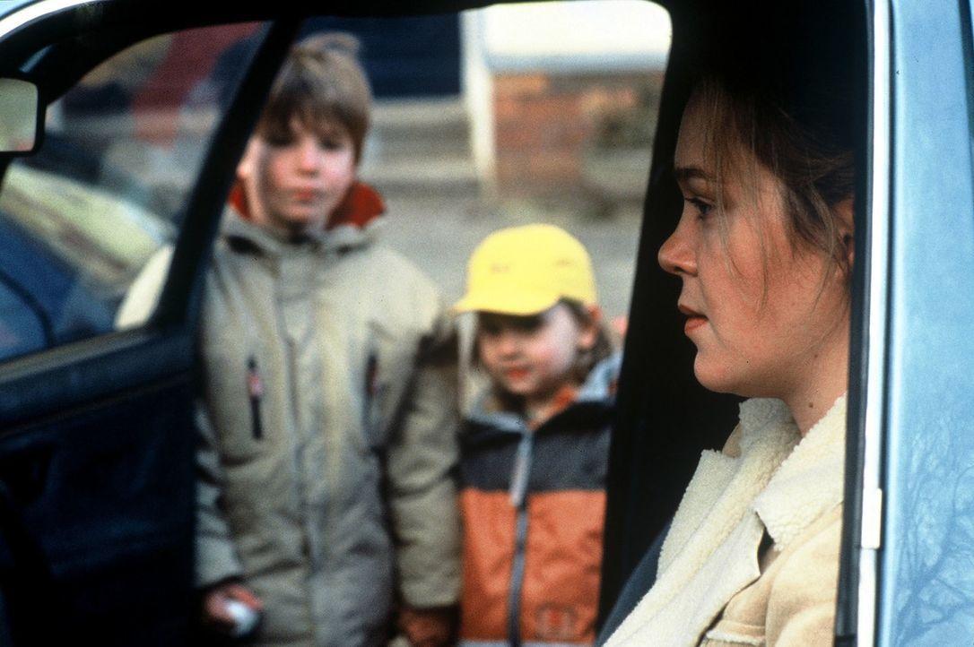 Petra Winter (Katja Heinrich, r.) verabschiedet sich von ihren Söhnen Daniel (Manuel Ruprecht, l.) und Sven (Hans-Laurin Beyerling, M.) ohne zu ahne... - Bildquelle: Leslie Haslam Sat.1