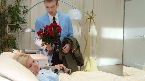 Jürgen (Oliver Bokern, r.) versucht Sabrina (Nina-Friederike Gnädig, l.) zu ü...
