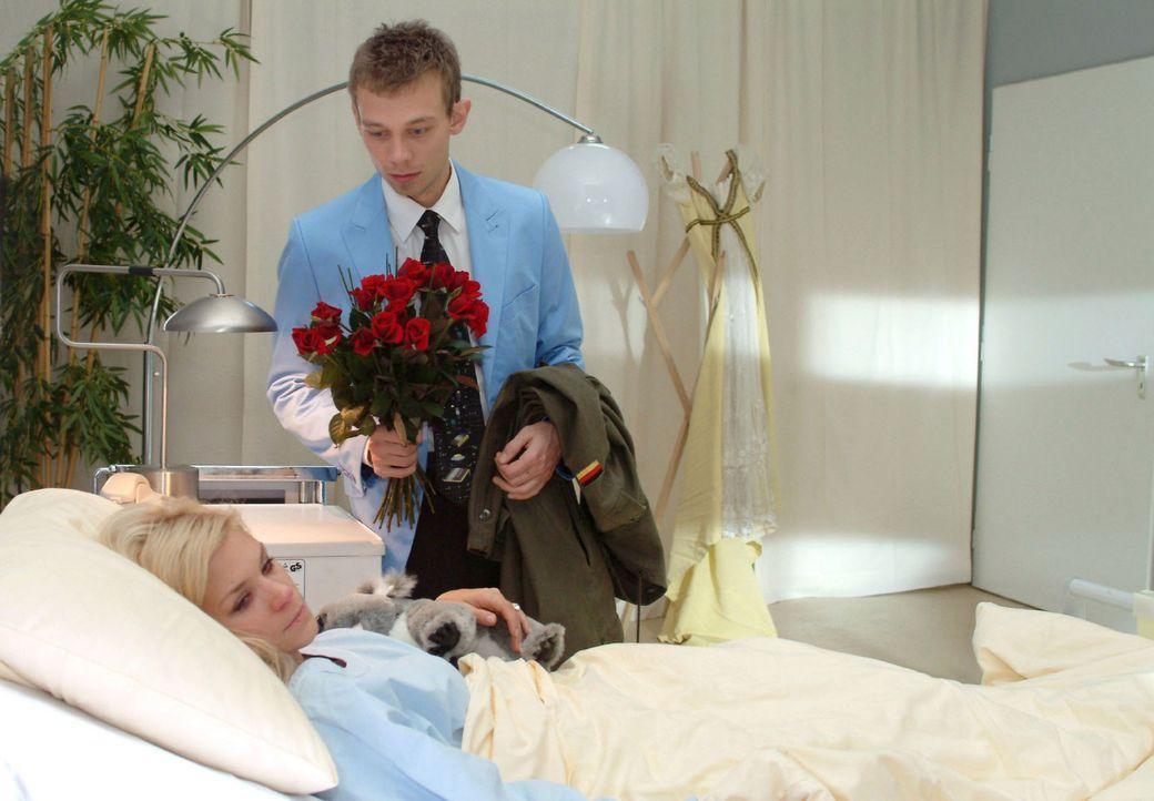 Jürgen (Oliver Bokern, r.) versucht Sabrina (Nina-Friederike Gnädig, l.) zu überreden, zu ihm zu ziehen.