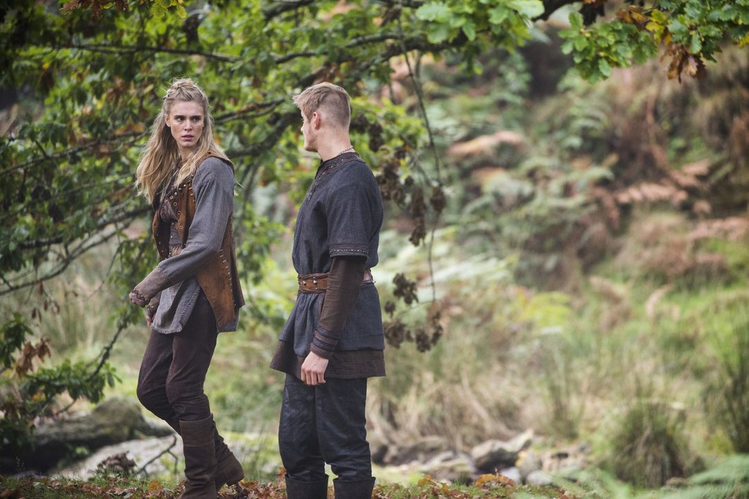 Während König Horik weiter den Sturz von Ragnar plant, müssen Porunn (Gaia Weiss, l.) und Bjorn (Alexander Ludwig, r.) um ihr Leben fürchten ... - Bildquelle: 2014 TM TELEVISION PRODUCTIONS LIMITED/T5 VIKINGS PRODUCTIONS INC. ALL RIGHTS RESERVED.