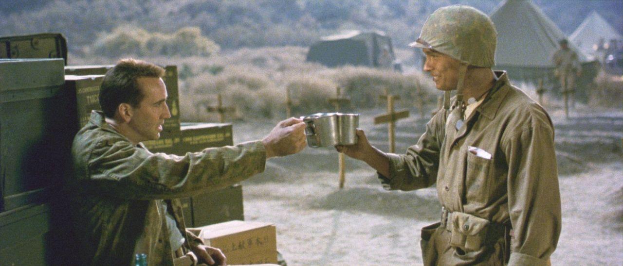 Ungleiche Freundschaft: General Enders (Nicolas Cage, l.) und der indianische Code-Funker Ben Yahzee (Adam Beach, r.) trinken zusammen, doch die Reg... - Bildquelle: 2002 METRO-GOLDWYN-MAYER PICTURES INC.. All Rights Reserved