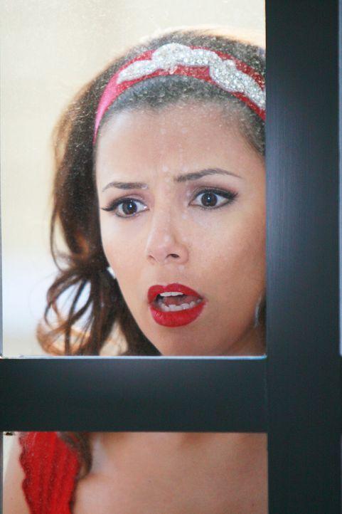 Gabrielle (Eva Longoria) macht eine erschreckende Entdeckung ... - Bildquelle: 2005 Touchstone Television  All Rights Reserved