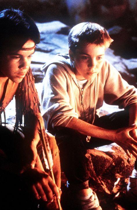 Atreju (Kenny Morrison, l.) warnt seinen Freund Bastian (Jonathan Brandis, r.) vor der schrecklichen Hexe Xayide ... - Bildquelle: Warner Bros.
