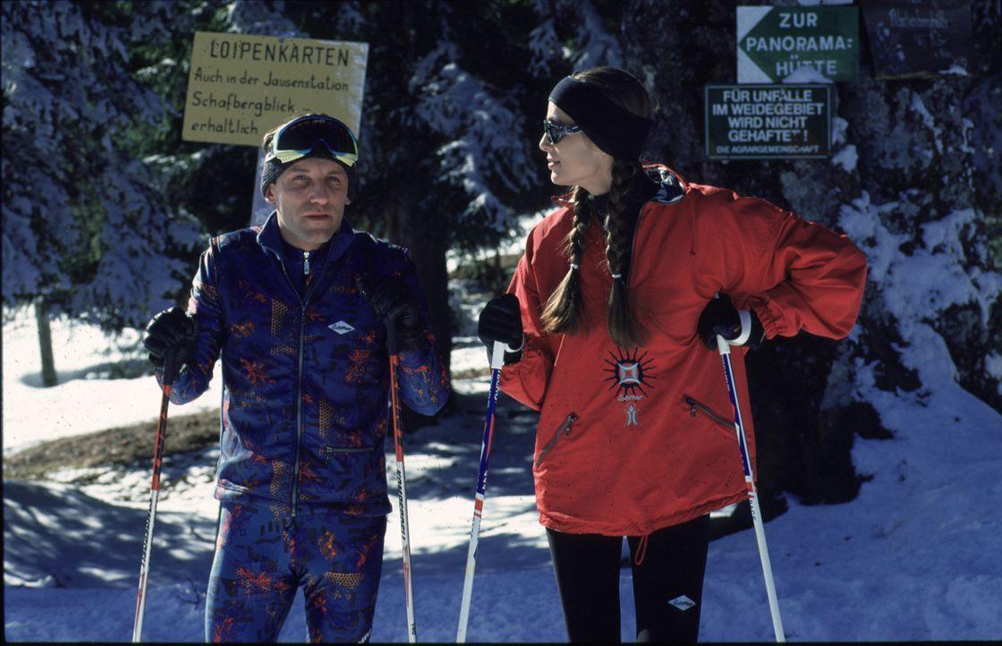 Stockinger (Karl Markovics, l.) und seine Frau (Anja Schiller, r.) verbringen ihren Skiurlaub in Saalbach. - Bildquelle: Huber Sat.1