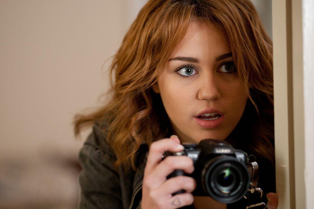 Um ihrem Vater aus einer schwierigen finanziellen Lage zu helfen, lässt sich die abgebrühte junge Privatdetektivin Molly Moris (Miley Cyrus) vom FBI... - Bildquelle: Saeed Adyani Bluefin Productions LLC