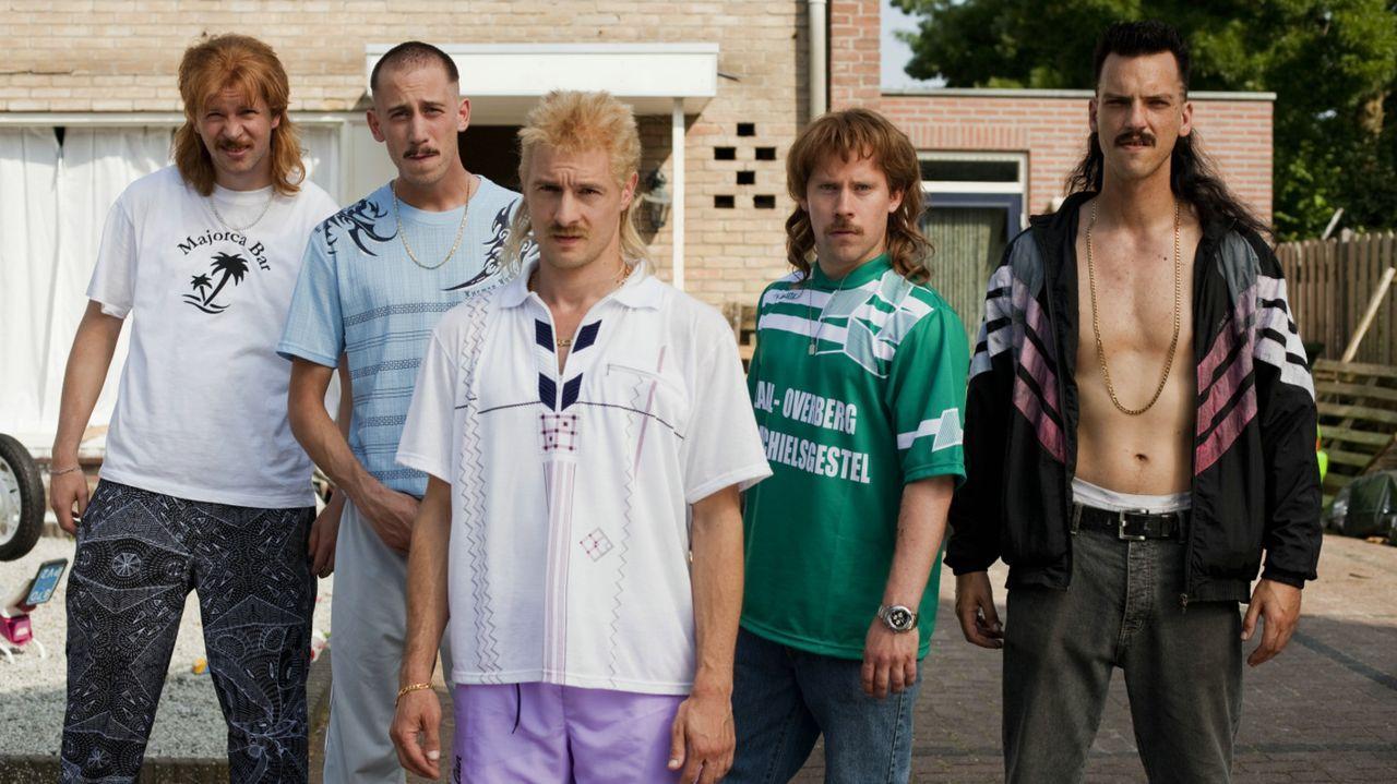 Als die Vollprolls Richard (Huub Smit, M.), Robbie (Steffen Haars, l.), Rikkert (Wesley van Gaalen, 2.v.l.), Barrie (Flip van der Kuil, r.) und Gerr... - Bildquelle: 2011 Constantin Film Verleih GmbH