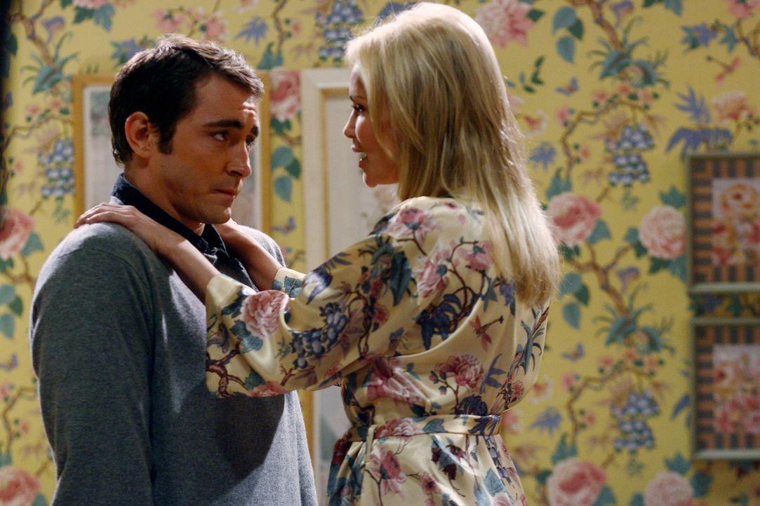 Olive (Kristin Chenoweth, r.) hat es auf Ned (Lee Pace, l.) abgesehen und versucht alles, um ihn zu verführen ... - Bildquelle: Warner Brothers