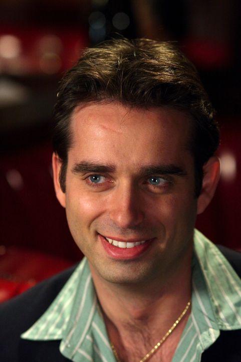 Der gut aussehende Heiratsschwindler und Kreditkartenbetrüger Ramon Delgado (Bruno Campos) hat sich erschossen, während er die Videokassette einer P... - Bildquelle: Warner Bros. Television