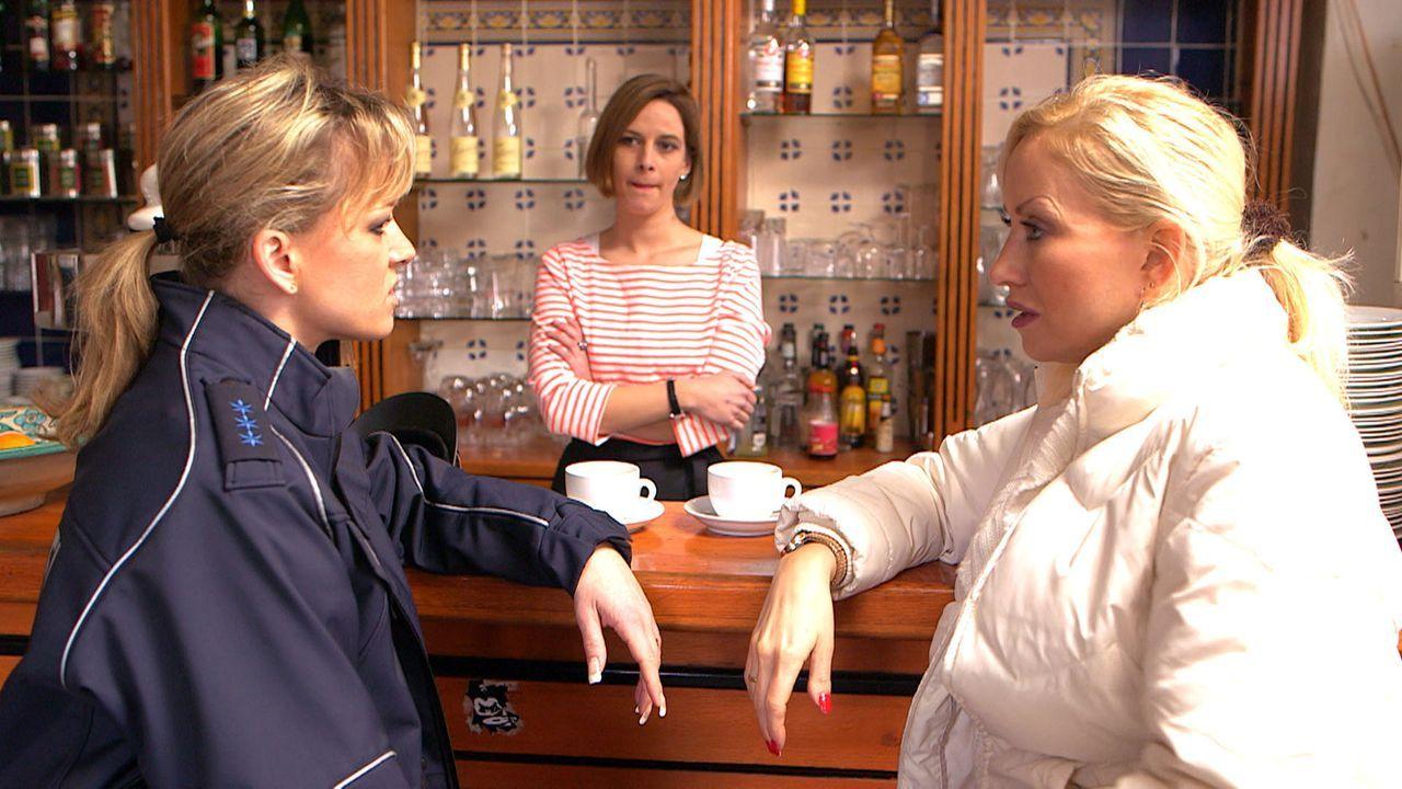 Christina (l.) und Doro (r.) sind skeptisch: Ihre Männer Michael und Holger wollen für sie strippen - und meinen das tatsächlich ernst! - Bildquelle: SAT.1