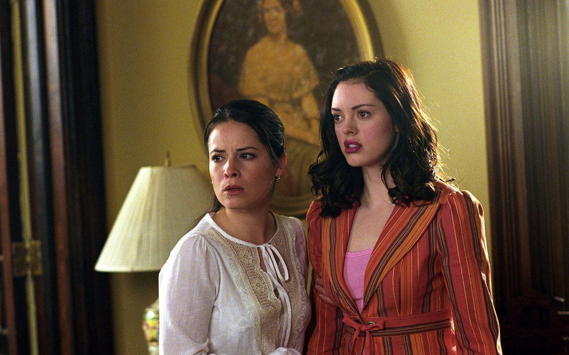 Zwei Brüder aus Leos alter Schulzeit versuchen, Piper (Holly Marie Combs, l.) zu töten, was ihnen auch fast gelingt. Im letzten Augenblick kommt Pai... - Bildquelle: Paramount Pictures