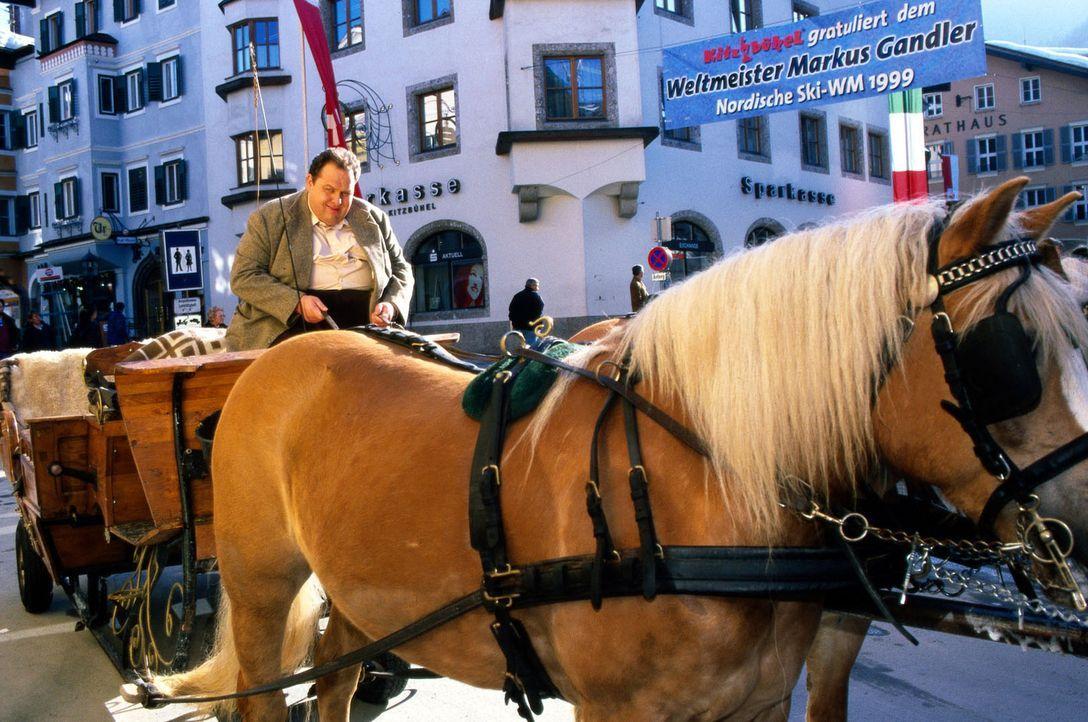 Benno Berghammer (Ottfried Fischer) wurde von seiner Mutter Resi nach Kitzbühel zum Hahnenkamm-Rennen mitgeschleift. Dazu hat er eigentlich keine Lu... - Bildquelle: Magdalena Mate Sat.1