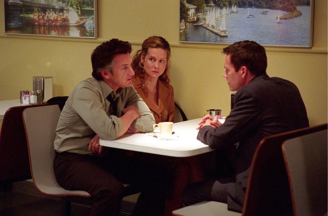 Eines Tages müssen Jimmy (Sean Penn, l.) und Annabeth (Laura Linney, M.) Markum erleben, dass ihre geliebte Tochter brutal ermordet wird. Die Ermit... - Bildquelle: Warner Bros. Pictures