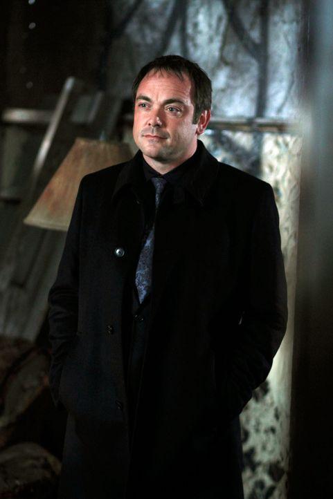 Der Dämon Crowley (Mark Sheppard) verspricht Dean und Sam zu helfen, die übrigen Ringe der Reiter zu finden, damit sie Luzifer eine Falle stellen... - Bildquelle: Warner Brothers