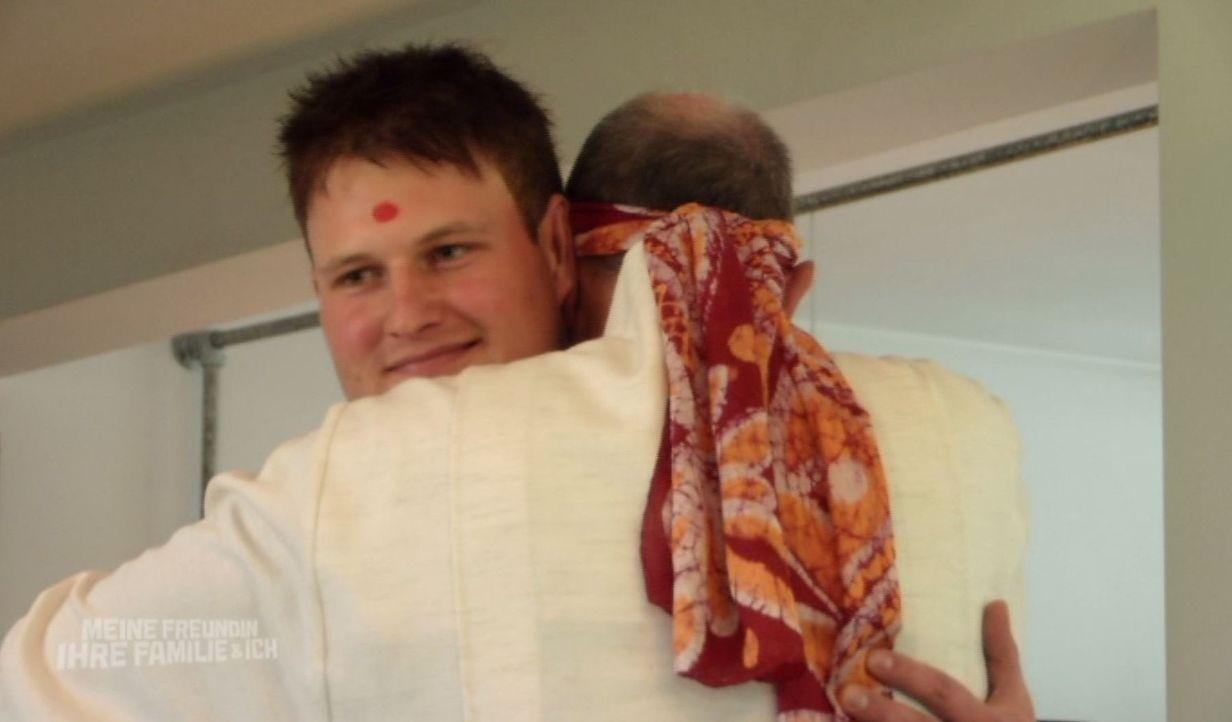 Eine Zerreißprobe wartet auf Christian (l.), als Sektengründer und Familienvater Gerhard (Bernd Dechamps, r.) ihn in seiner Kommune willkommen heißt... - Bildquelle: SAT.1