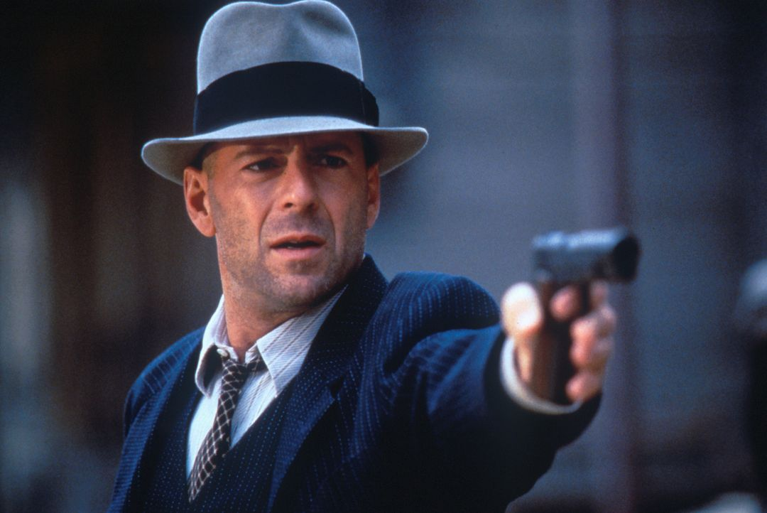 Während der Prohibitionszeit versucht John Smith (Bruce Willis), den Krieg zwischen zwei Schmugglerbanden zu seinem Vorteil zu nutzen. - Bildquelle: New Line Cinema