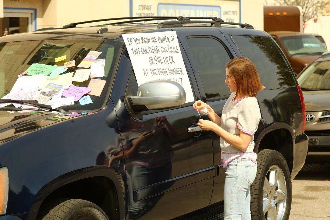 Als sich der Besitzer des SUV, an dem Sue (Eden Sher) einen Kratzer hinterlassen hat, sich nicht meldet, wird sie immer nervöser ... - Bildquelle: Warner Bros.