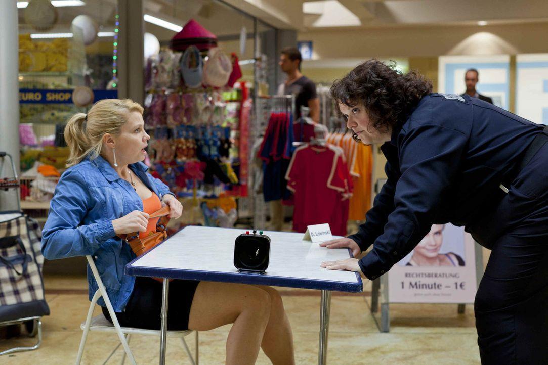 Während Danni (Annette Frier, l.) von Josh total begeistert ist, hat die neue Security-Frau Svenja (Sabine Orléans, r.) eher ein Problem mit ihm ... - Bildquelle: SAT.1