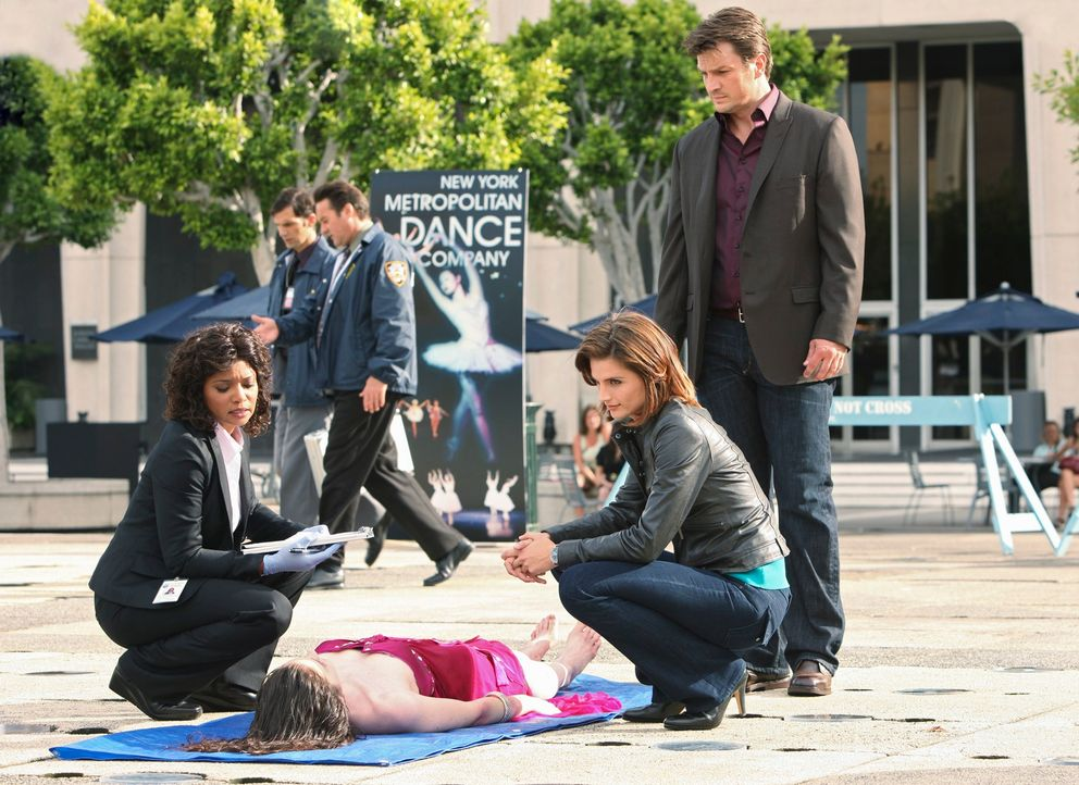 Die Leiche eines Models wird in einem Springbrunnen aufgefunden. Lanie Parish (Tamala Jones, l.), Kate (Stana Katic, M.) und Castle (Nathan Fillion,... - Bildquelle: ABC Studios