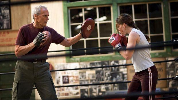 Nach langem Zögern beginnt Frankie (Clint Eastwood, l.), die sture Boxerin zu...